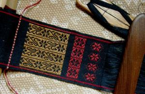 positive and negative space inlay in supplementary weft inlay