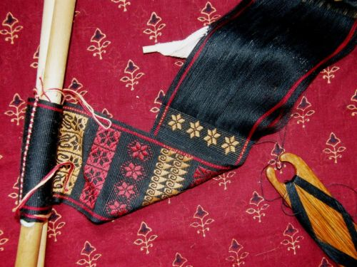weaving on the back side of the cloth backstrap weaving