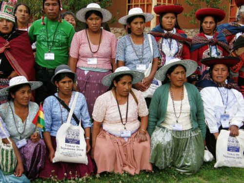 Maxima and a group of Bolivian weavers at Tinkuy 2010