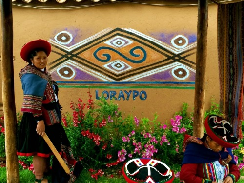 This image of the loraypo motif painted on a wall in Chcero is from the webpage malloryinperu.blogspot.com.